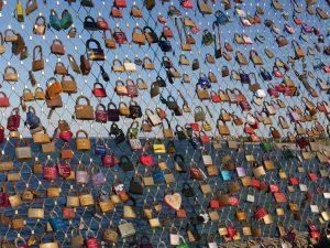Vorhängeschlösser an einem Zaun symbolisieren Datenschutz