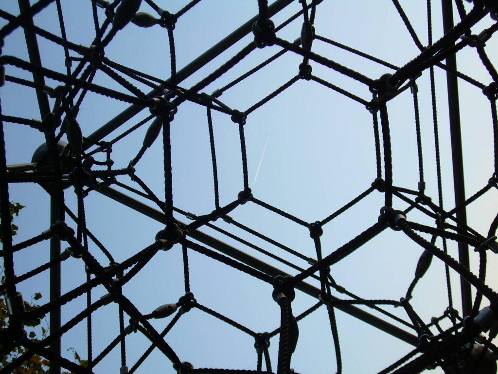 Skulptur symbolisiert vernetzte Organisationsaufgaben